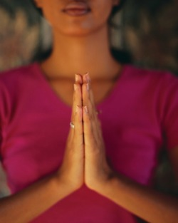 Learning forms of yoga meditation can reduce migraines @migrainesavvy
